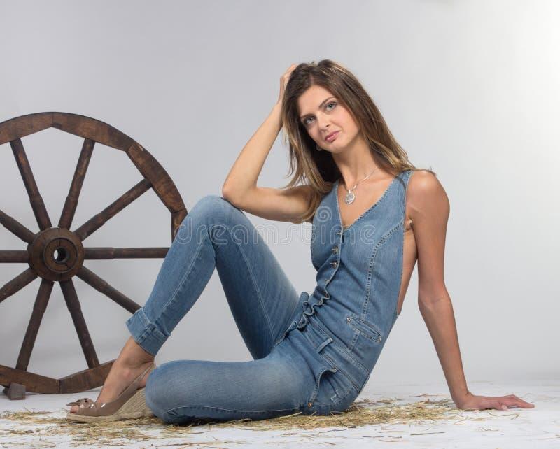 Kvinnligt modellera att posera på studion i det ljust exponerar. arkivbild