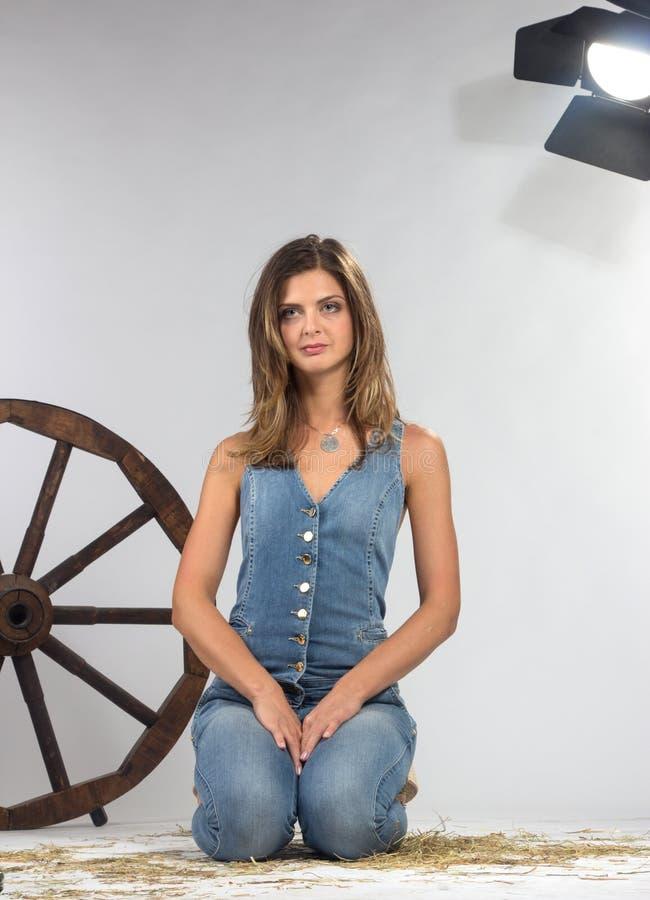 Kvinnligt modellera att posera på studion i det ljust exponerar. arkivfoton