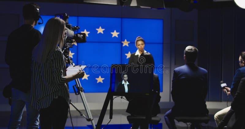Kvinnligt nyheternaankare som läser nyheterna royaltyfri fotografi