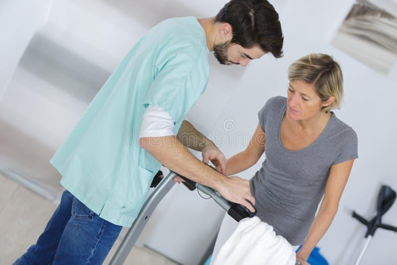 Kvinnligt patient- och för doktor Have Consultation In sjukhusrum arkivfoto