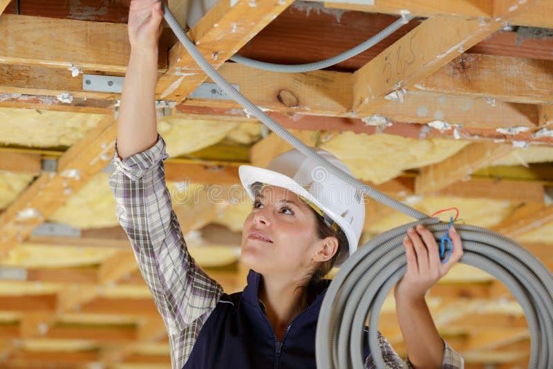 Kvinnligt rörmokarefixanderör på konstruktionsplatsen royaltyfria foton