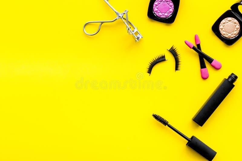 Kvinnligt skrivbord med den dekorativa skönhetsmedlet på flatlay copyspace för gul bakgrund fotografering för bildbyråer
