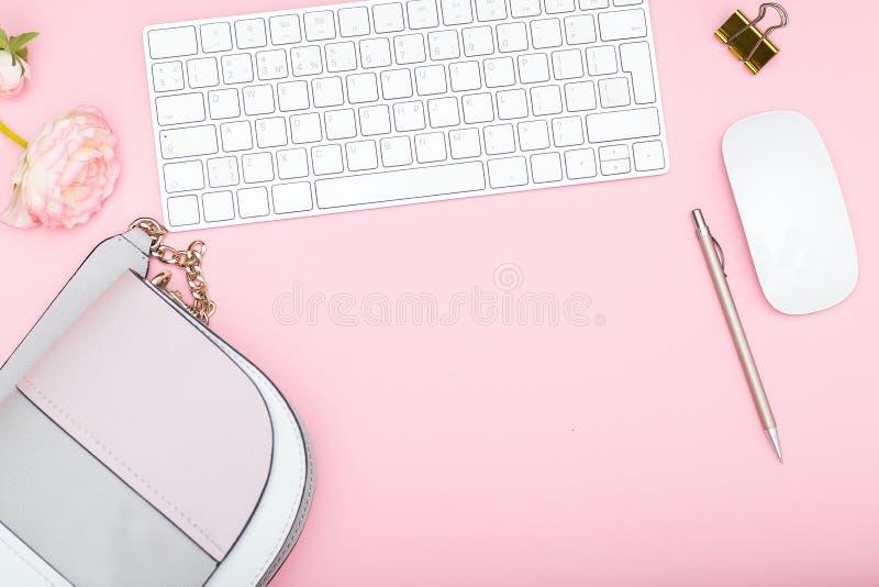 Kvinnligt skrivbord med tillbehör Åtlöje upp arkivbild