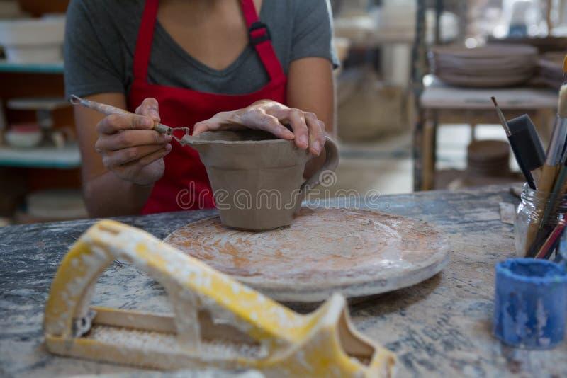 Kvinnligt snida för keramiker rånar royaltyfri bild