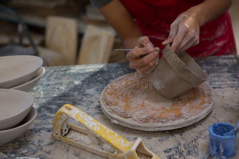 Kvinnligt snida för keramiker rånar royaltyfri foto