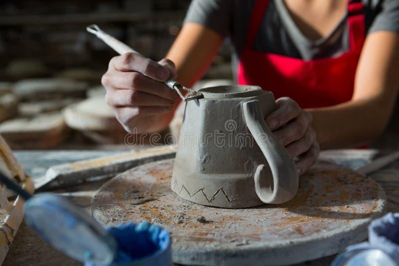 Kvinnligt snida för keramiker rånar royaltyfria foton
