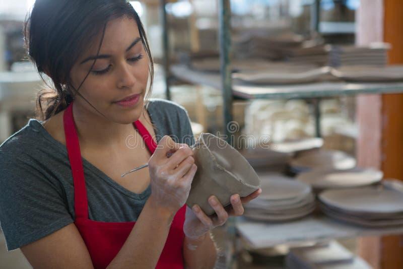 Kvinnligt snida för keramiker rånar arkivfoto