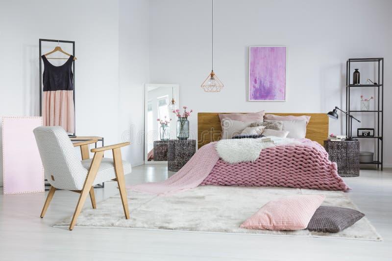 Kvinnligt sovrum med den woolen filten arkivfoto