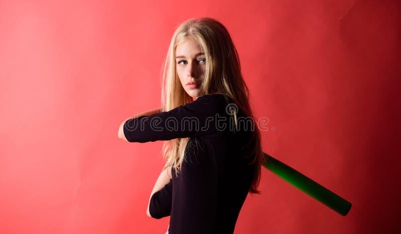 Kvinnligt spelarebegrepp för baseball Försiktigt men lämpligtvis Sparka av Fokuserat på resultat Kvinnan tycker om lekbasketmatch arkivbilder