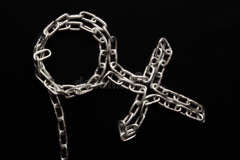 Kvinnligt symbol av en metallkedja på en svart bakgrund, kedja av sammanlänkningar royaltyfria bilder