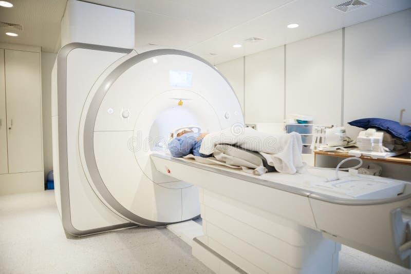 Kvinnligt tålmodigt gå till och med MRI-bildläsning i sjukhus royaltyfri foto
