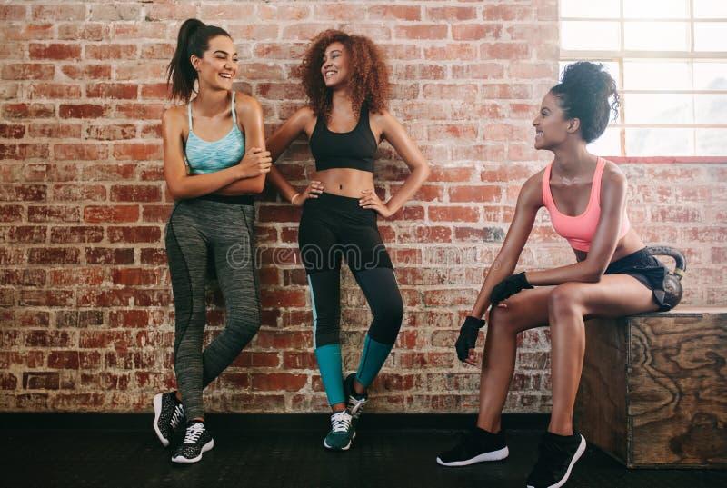 Kvinnligt ta för vänner vilar efter konditiongenomkörare arkivbilder