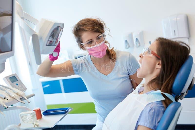 Kvinnligt tandläkarearbete royaltyfria foton