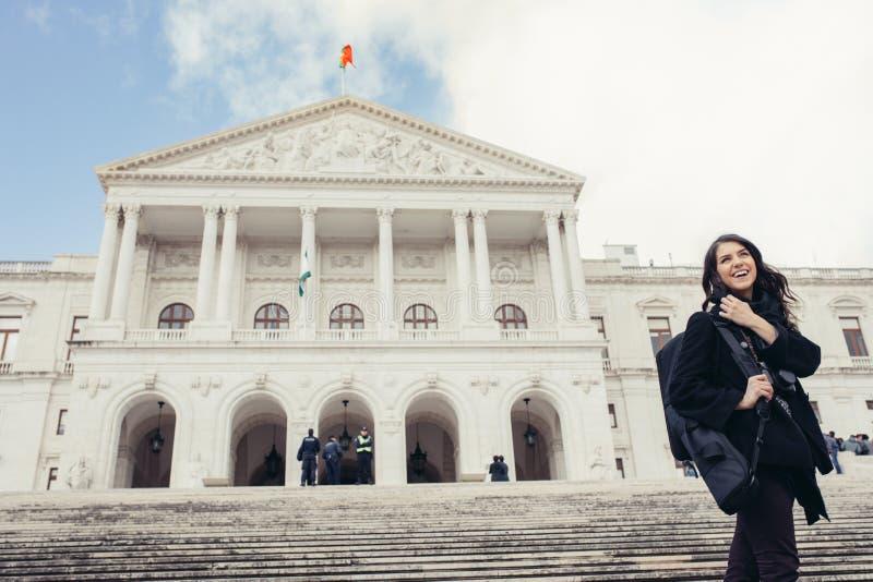 Kvinnligt turist- stående framme av parlamentet av Portugal, enhet av republiken royaltyfria foton