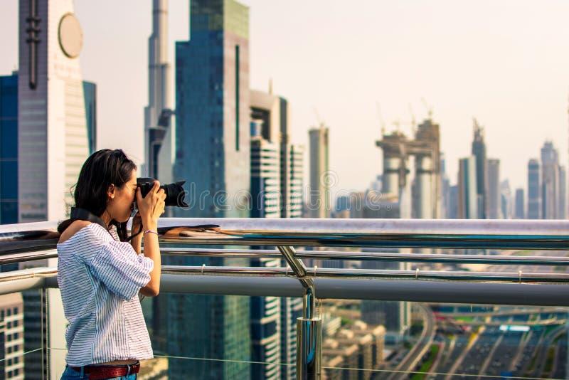 Kvinnligt turist- tagande foto av Dubai cityscape royaltyfria bilder