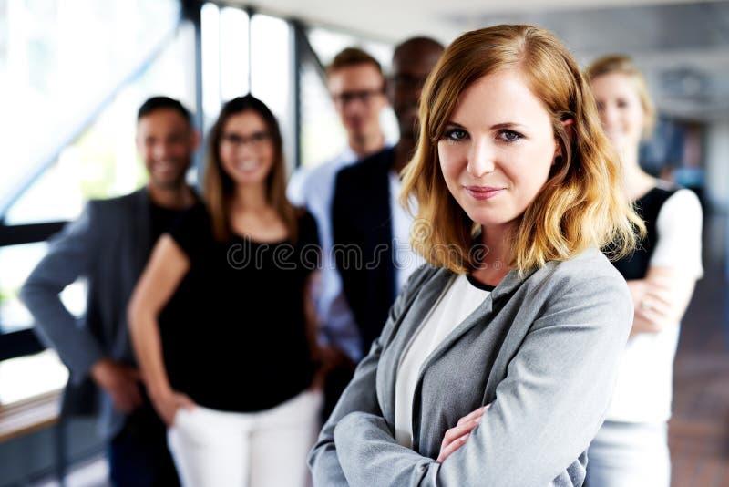 Kvinnligt utövande stirra på kameran med korsade armar fotografering för bildbyråer