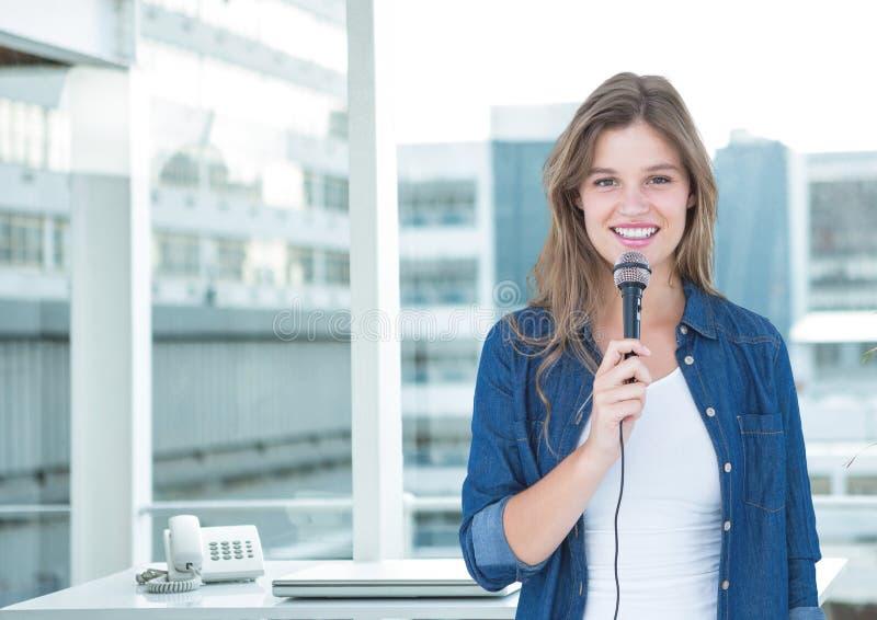 Kvinnligt utövande tala på mikrofonen royaltyfri bild