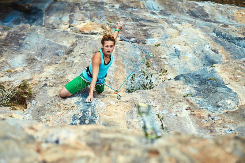 Kvinnligt vagga klättraren royaltyfria bilder