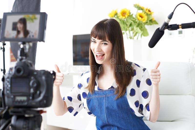 KvinnligVlogger inspelning sänder hemma fotografering för bildbyråer