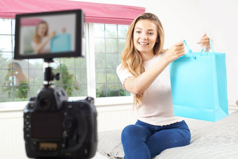 KvinnligVlogger inspelning som sändas i sovrum royaltyfria bilder