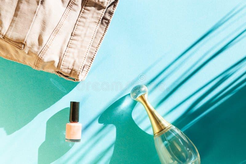 kvinnokläder och tillbehör, överblick moderna och tillfälliga utrustningar på ljusblå bakgrund mode shopping och smink arkivbilder