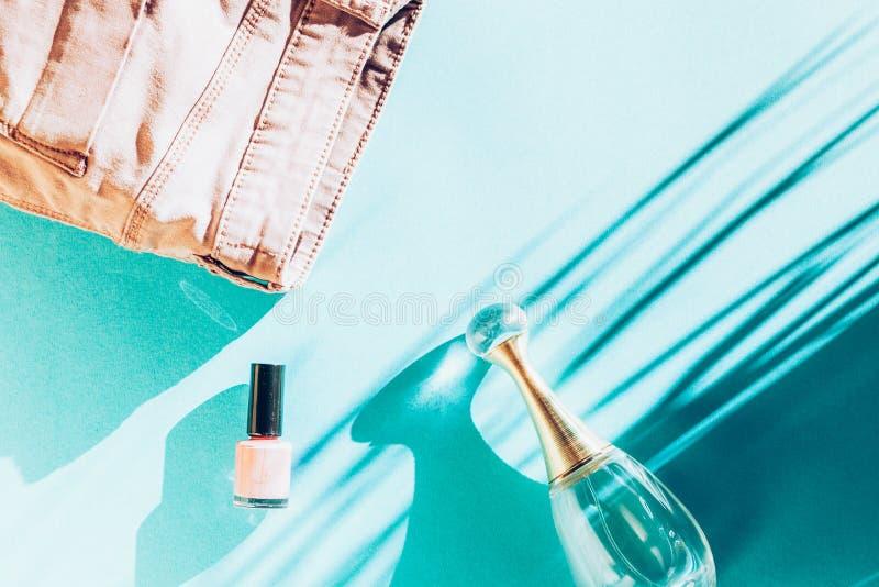 kvinnokläder och tillbehör, överblick moderna och tillfälliga utrustningar på ljusblå bakgrund mode shopping och smink arkivfoto