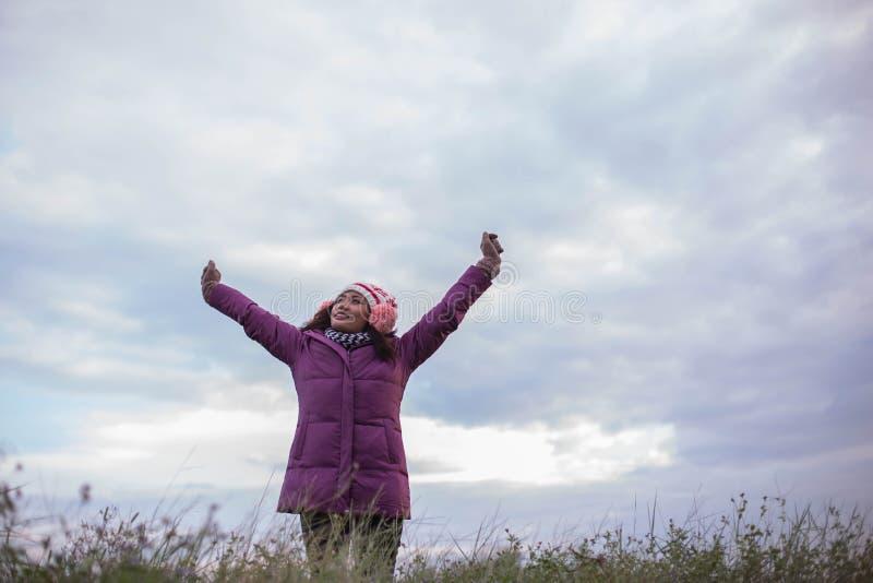Kvinnor är lyckliga i vintern arkivfoton