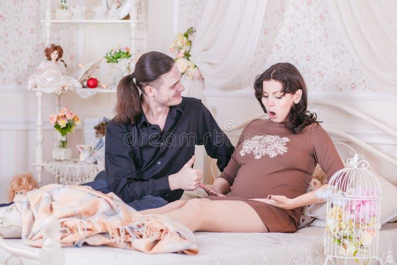 Kvinnor anmälde havandeskap fotografering för bildbyråer