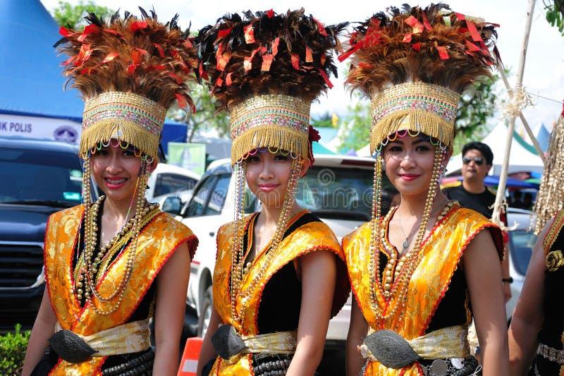 Kvinnor av den Kadazandusun person som tillhör en etnisk minoritet i traditionella dräkter arkivbilder
