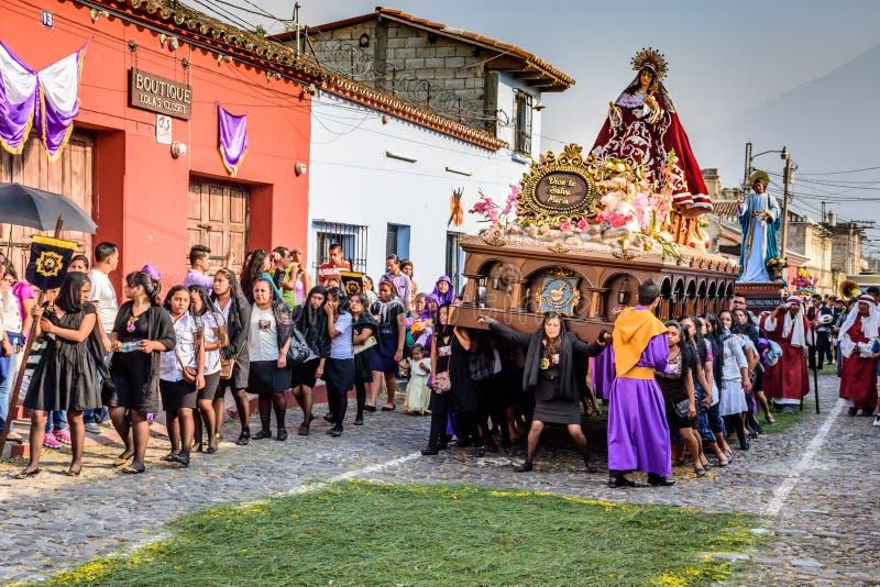 Kvinnor bär Vigin Mary, Antigua, Guatemala royaltyfri fotografi