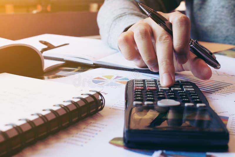 Kvinnor beräknar om kostnad och görafinans i inrikesdepartementet royaltyfri bild