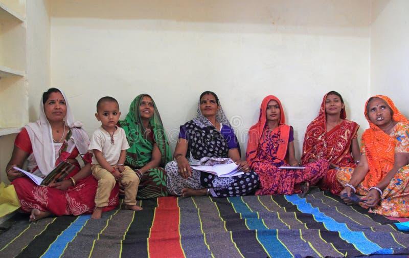 Kvinnor besöker den bildande mitten i Jaipur, Indien royaltyfria bilder