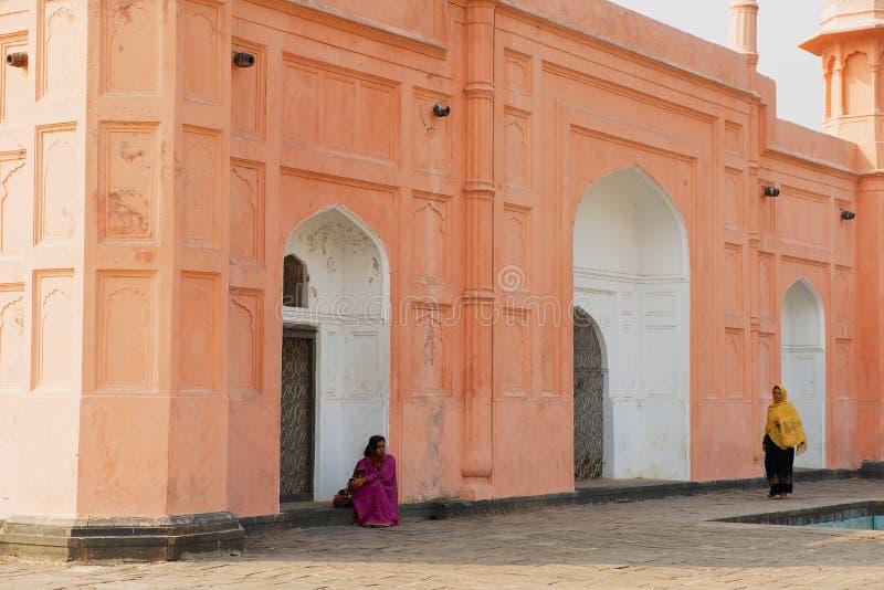 Kvinnor besöker mausoleet av Bibipari i det Lalbagh fortet i Dhaka, Bangladesh arkivbild