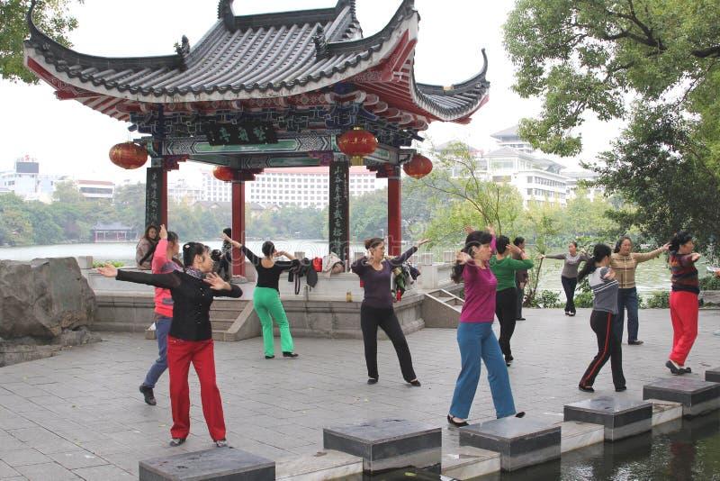 Kvinnor dansar på musik för att finna jämvikt och läker i Guilin, Kina arkivfoto