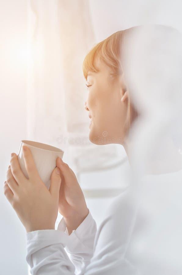 Kvinnor dricker kaffe i morgonen royaltyfria foton