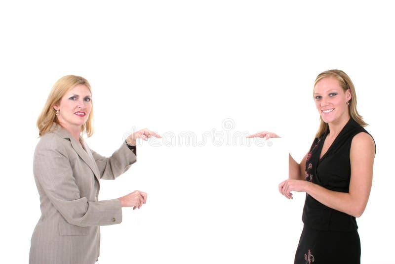 kvinnor för 1 härliga blanka holdingtecken två royaltyfri bild