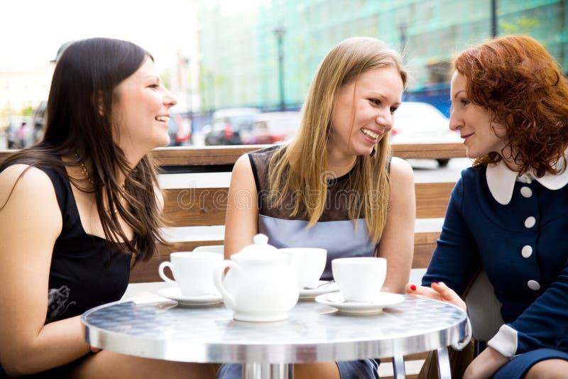 kvinnor för kaffehus royaltyfri foto