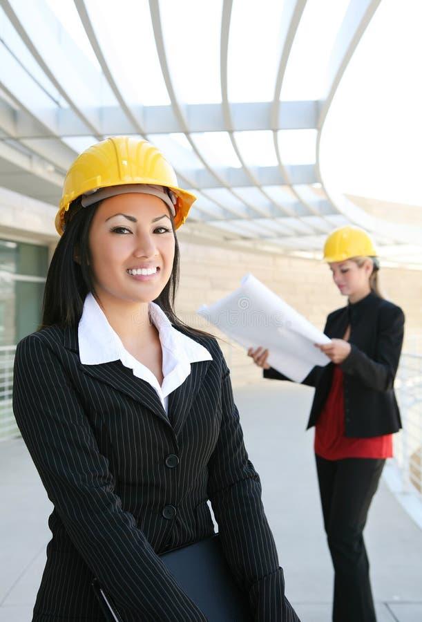 kvinnor för lokal för arkitektkonstruktion nätt royaltyfria foton