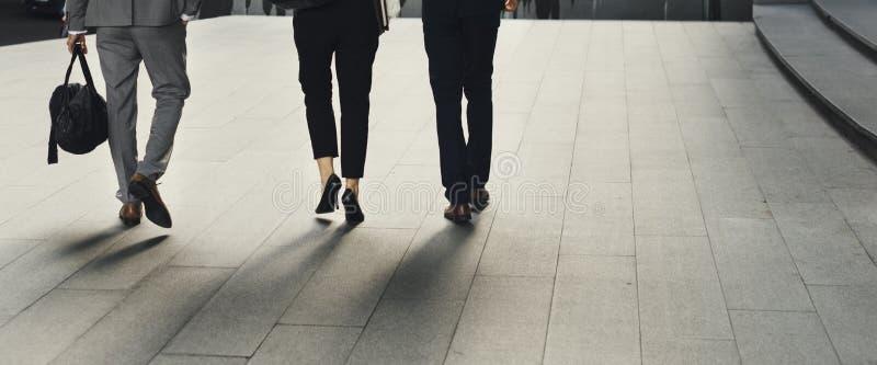 Kvinnor för män för affärsfolk går kollegan arkivfoton