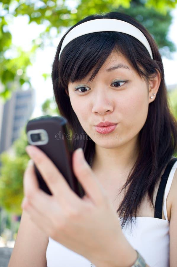kvinnor för meddelandeavläsningstext arkivfoton