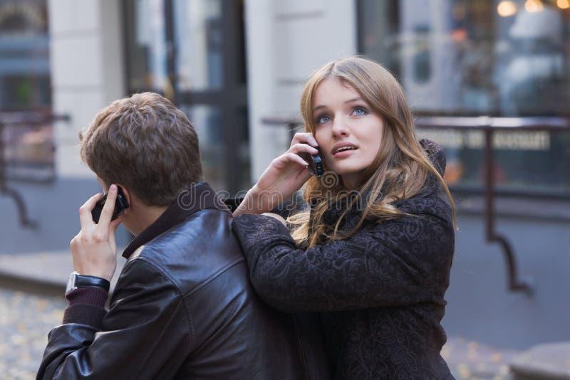 kvinnor för mobil telefon för män unga talande royaltyfri foto