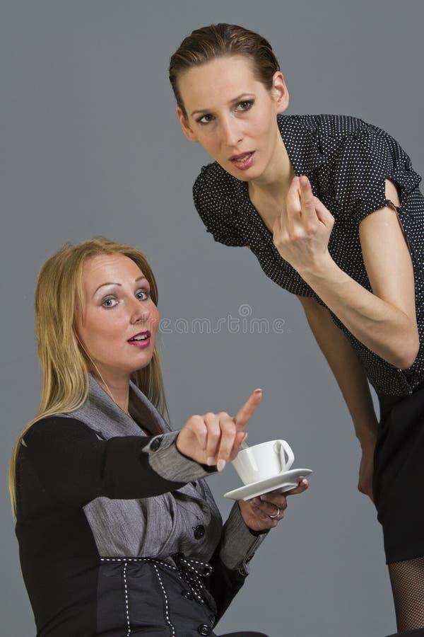kvinnor för skvaller två arkivfoton