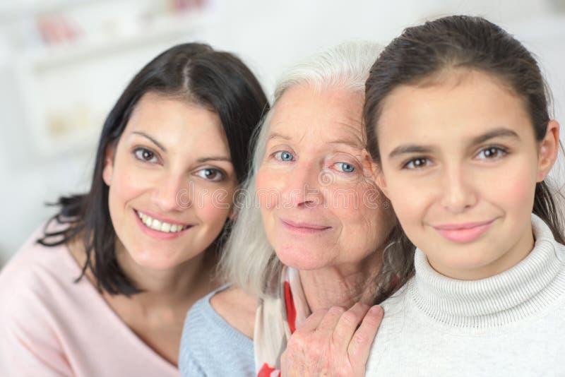 Kvinnor för stående som tre skilja sig åt åldrar arkivbild