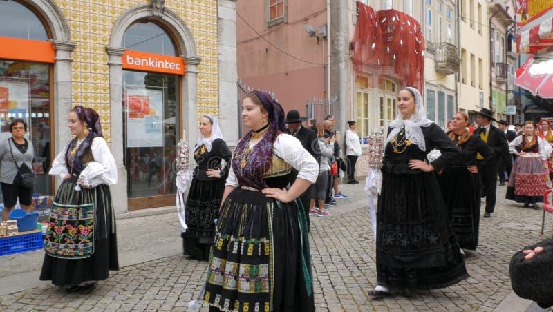 Kvinnor/flickor i traditionell portugisisk klänning, Folk ståtar i Portugal royaltyfria foton