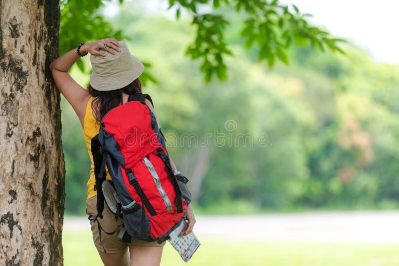 Kvinnor fotvandrare eller handelsresande med översikten för ryggsäckaffärsföretaginnehavet som finner riktningar och att gå, kopp royaltyfri foto