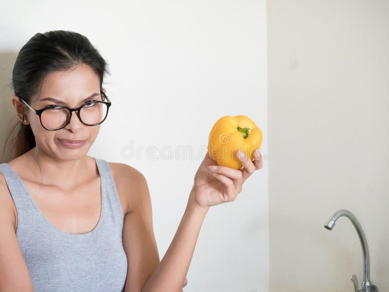 Kvinnor gillar inte att äta grönsaker royaltyfri fotografi