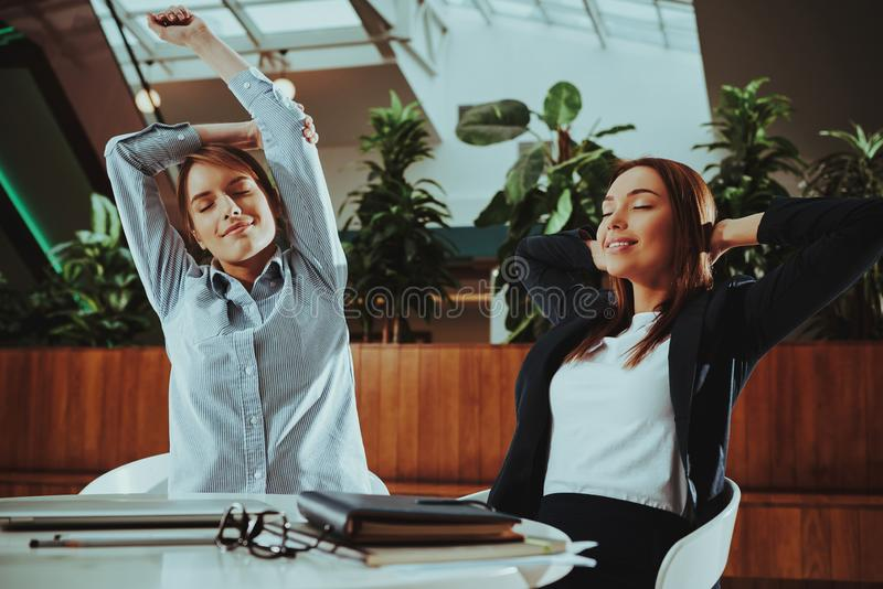 Kvinnor håller lugna, meditera och övningsyoga arkivbilder