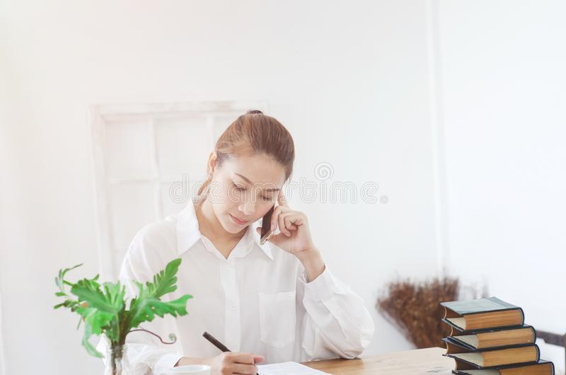 Kvinnor har huvudvärker Och belastat från arbete I det vita rummet finns det en daminsida royaltyfri bild