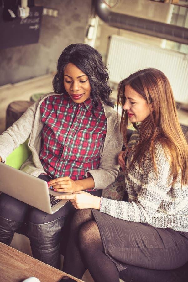 Kvinnor i affär är starkare tillsammans royaltyfri bild