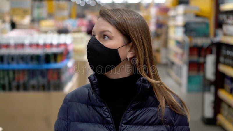 Kvinnor i ansiktsskydd i en butiksbutik på covid 19 coronavirus arkivfoton